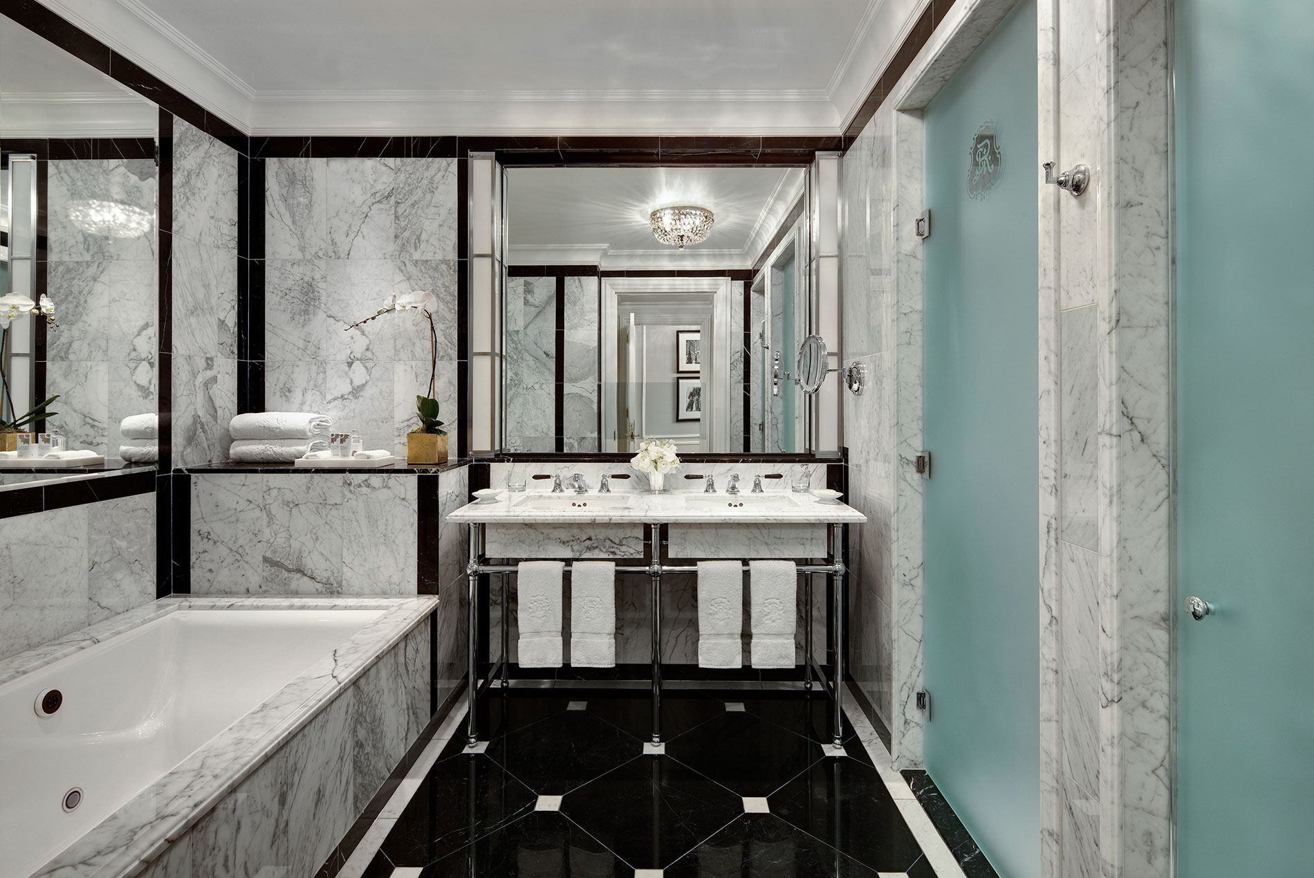 The st regis new york debuts a new era of glamour for Best bathrooms in nyc