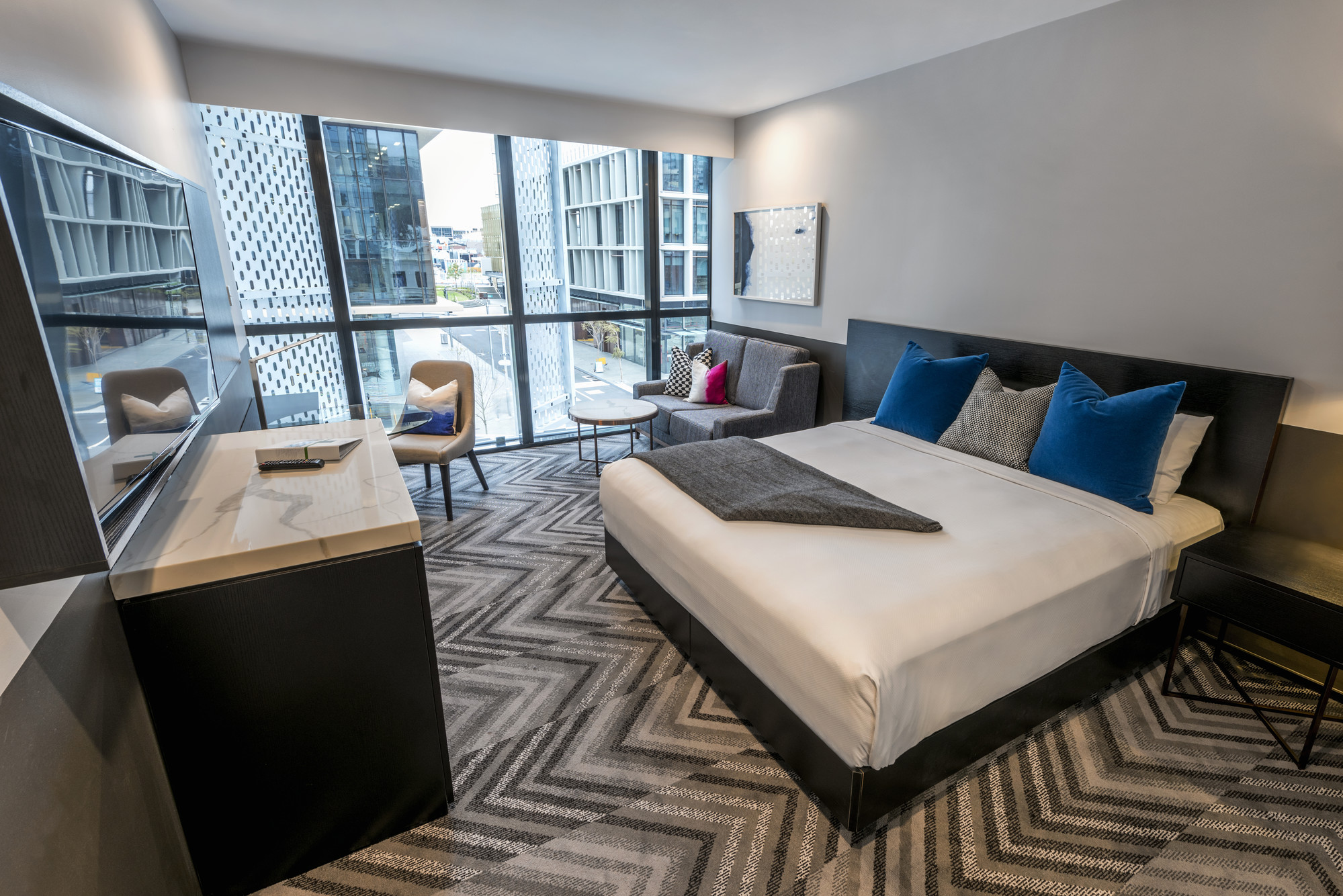 First look at stylish guest rooms in peppers kings square for Stylish hotel rooms