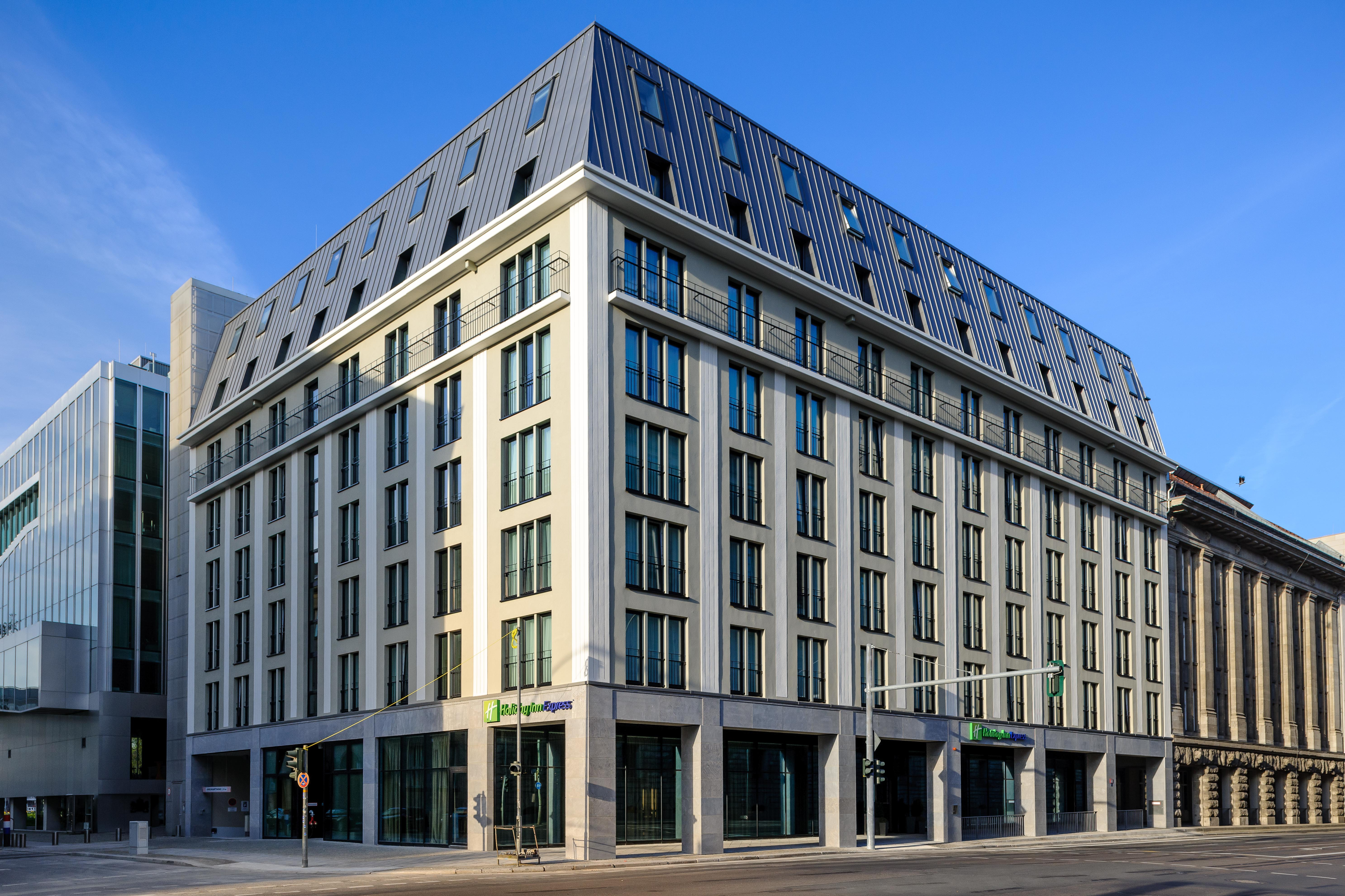 Holiday inn express arrives in the heart of berlin s for Alexanderplatz hotel