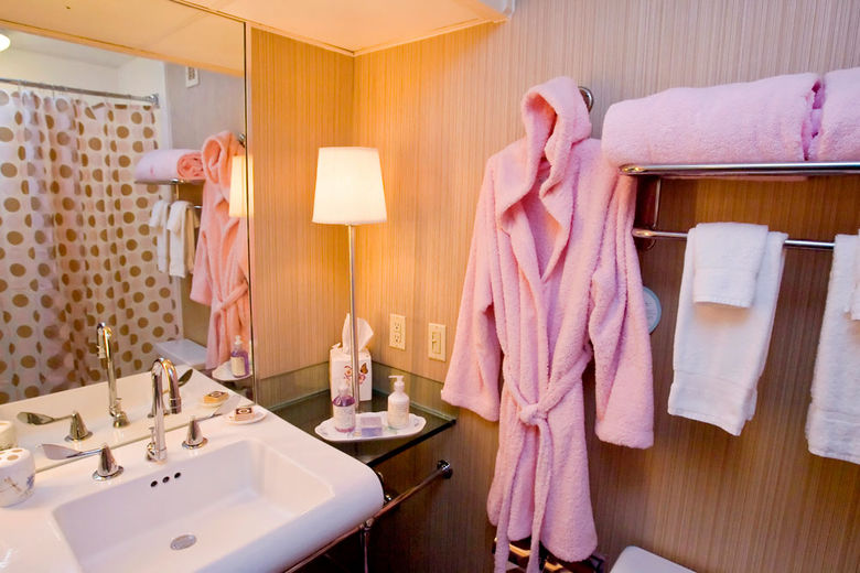 Hotel Derek, Houston creates Lady Pink rooms for the discerning and philanthropic female traveler